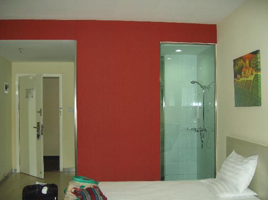 Hanting Express Shanghai Hongqiao Jinhui Road: 左边大门,右边是浴室,红色墙背后是洗漱台,再后是厕所