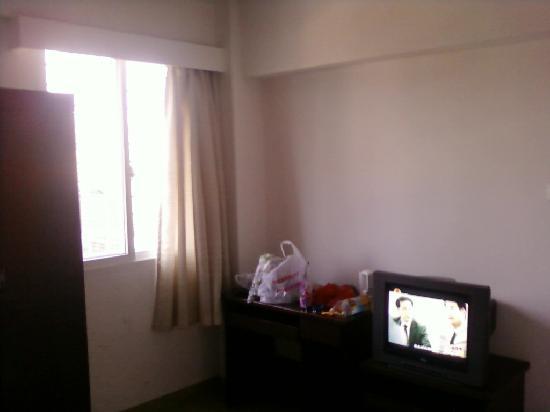 Ruijing Business Hotel: 电视、写字台
