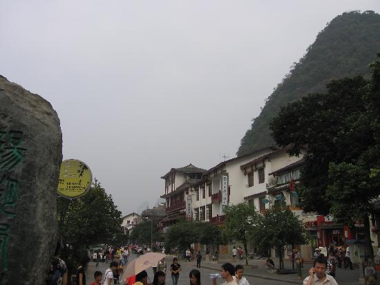 Yangshuo West Street Hotel: 照片右边石碑后面就是酒店了