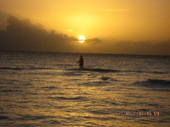 Saipan, Mariana Islands: 夕阳下在酒店海滩边的钓鱼者,走那么远还很浅啊