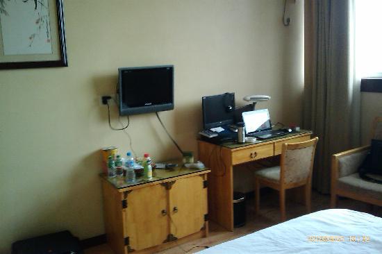 Hongji Business Hotel : 房内电脑及其它设施