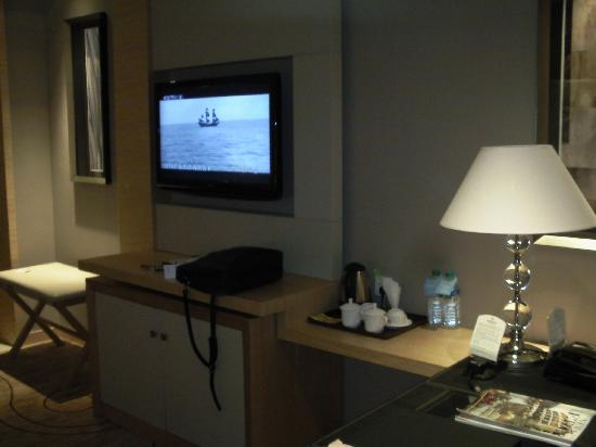Xinhua Jianguo Hotel: 工作台和电视
