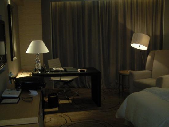 Xinhua Jianguo Hotel : 工作台和休息沙发
