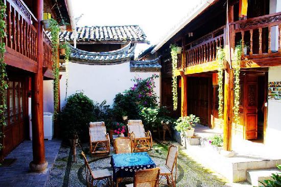 Deyun Hostel: 每到中午的时候就坐在这躺椅上晒阳阳
