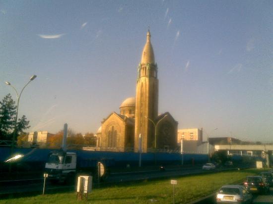 Paris, France: 远远矗立的教堂