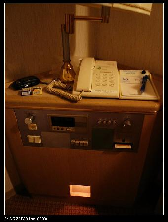 Smile Hotel Asahikawa : 床头柜,要把门卡插进去床头柜,房间的插座才会有电