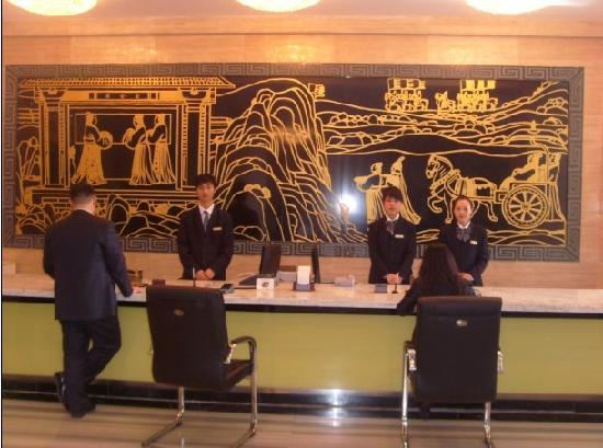 Yanzhao Grand Hotel: 有点中式的大厅