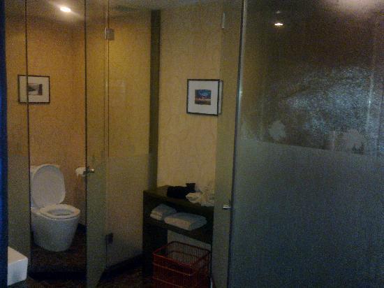 Maple Leaf City Hotel: 超大卫生间