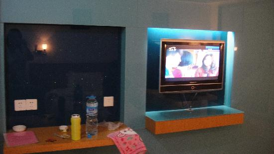 C2C Hotel: 房间的电视和梳妆台