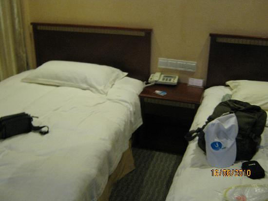 A8 Holiday Hotel: 床头