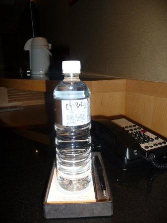 "Grand Hyatt Taipei: 房间里送水,水的品牌叫""多喝水"""