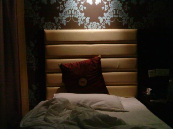 Yuxin Business Hotel Hengyang Jiefang: 只开了一盏灯.只照了一张床.嘿嘿.