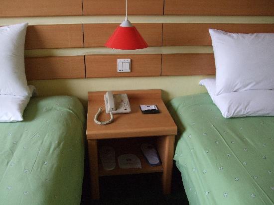 Home Inn (Nanjing Railway Station) : 床头柜