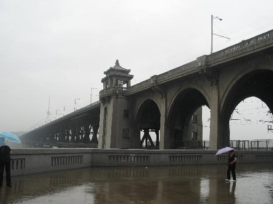 Wuhan the Second Yangtze River Bridge: 下雨了,这是在桥的下面,你看上面的那个小亭子,有警察站岗的