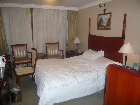 Charms Hotel: 客房内的大床