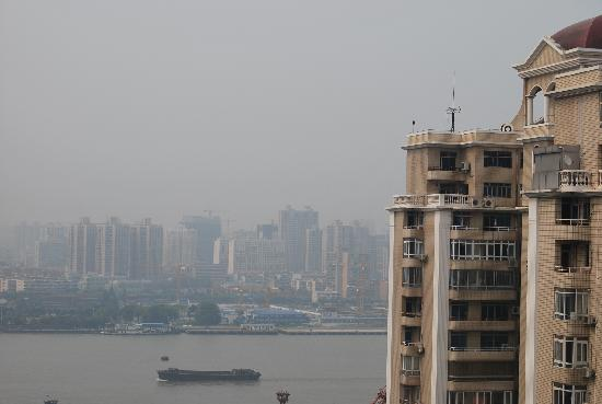 Citic Pent Ox Metropolis Business Hotel: 阳台看出去可以看到江。不过有楼挡住,算是二线江景吧。