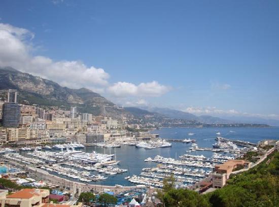 Nice, France : 漫步尼斯海滩仰望傍山的一幢幢别墅和游艇!