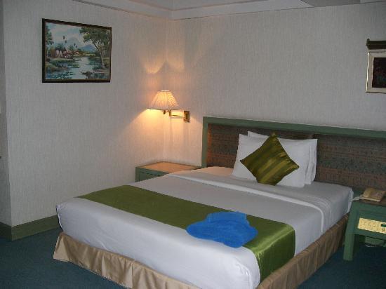Sawasdee Langsuan Inn: 豪华间的一张单人床,非常大
