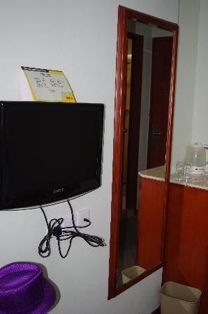 Winner Hotel: 酒店的电视和镜子,正对着床