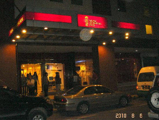 Imperial International Hotel: 夜间的沙巴帝国酒店外景