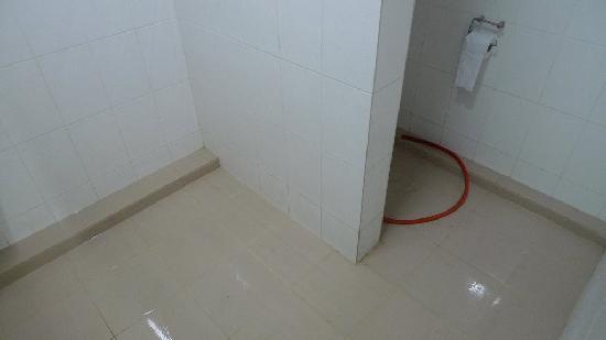 Ping Anchorage Travellers Inn: 浴室旁边就是卫生间,很简陋