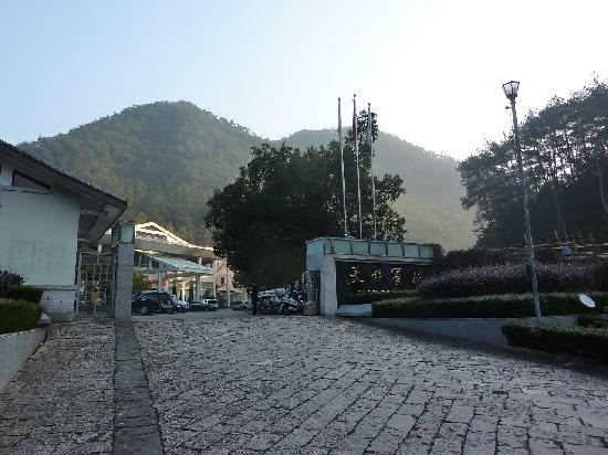Tiantai Hotel: 酒店就在山下