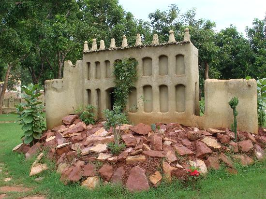 Bamako, Mali: 马里博物馆室外陈列的民族建筑微缩景观(2)