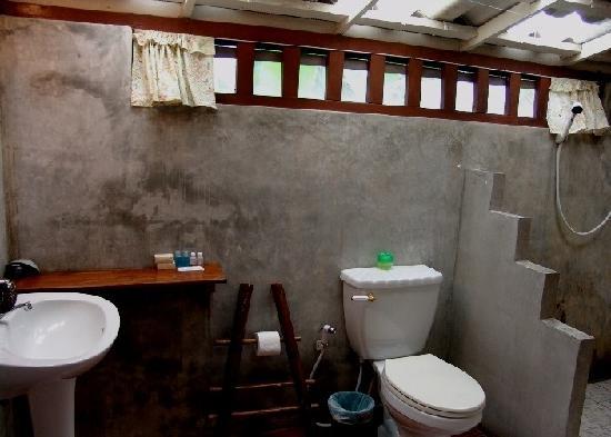 Baan Sansabay Resort : 原始感觉的卫生间