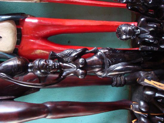Bamako Artisan Market: 精致的黒木雕