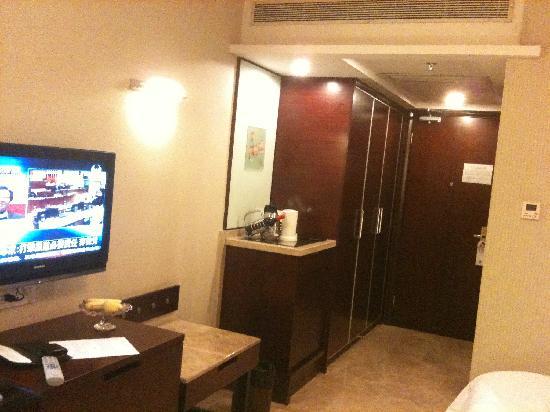 Liuhua Hotel: 电视和小吧台