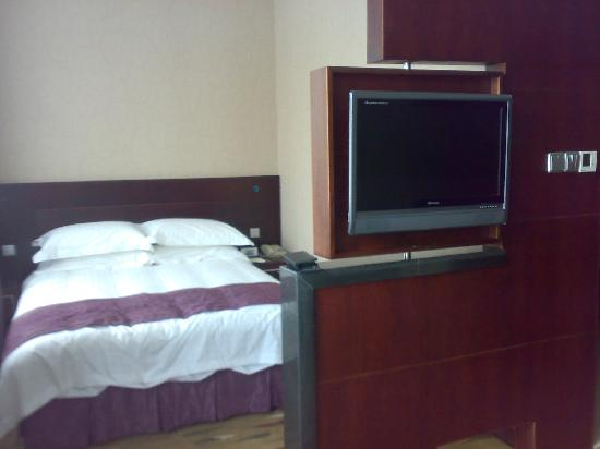 Olympic Holiday Hotel: 房间的床-我觉得电视的设计很好