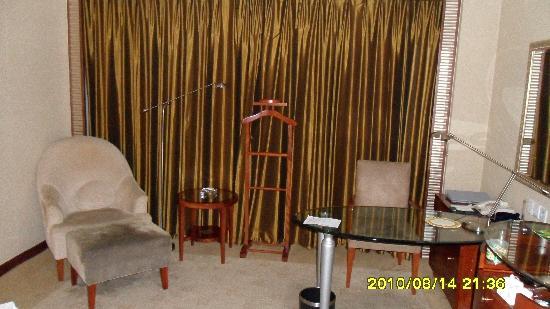 Oriental Garden Hotel: 桌子沙发和窗户