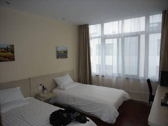 Hanting Express Jiangyin Sima Street): 靠窗的床上可以晒太阳