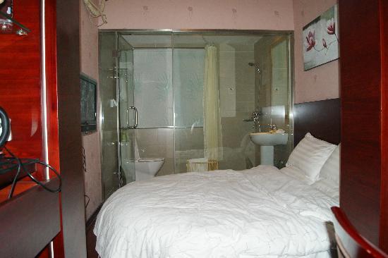 Reader Hotel: 圆床和浴室