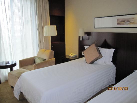 Howard Johnson Plaza Lingang Shanghai: 房间,这个床有点小