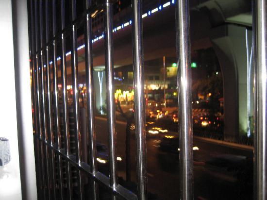 Wanchunhe Hotel: 窗外的主干道