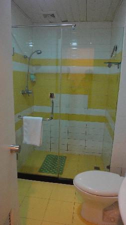 7 Days Inn (Shanghai Kongjiang Road): 明亮洁净的卫生间