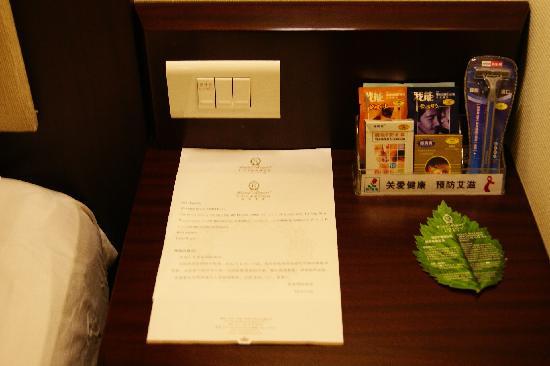 Hotel Royal Guangzhou: 床头性用品齐全