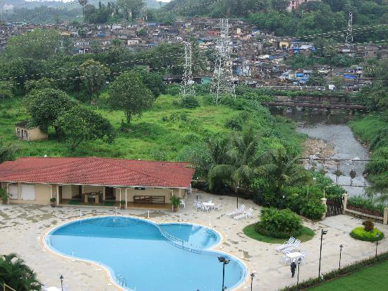 Мумбаи (Бомбей), Индия: 富人住宅外的贫民区