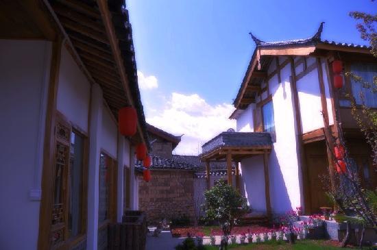 The Bruce Chalet: 纳西人传统 – 屋顶上的瓦猫