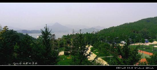 Yanqi Holiday Hotel: 湖景房里阳台上拍到的景色