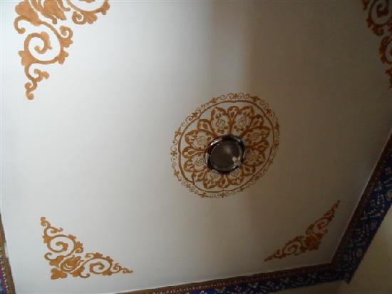 Happy Flower Hotel: 房间天花板。