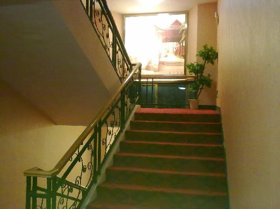Minzu Hotel: 干净漂亮的楼道