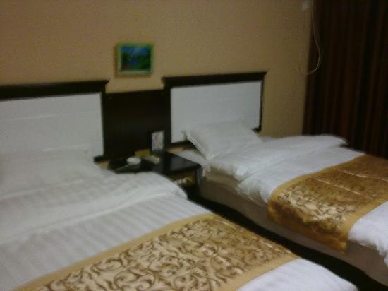 Minzu Hotel: 干净整洁的床铺