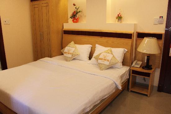 Hoang Phu Gia Hotel: 和图片上一样,但家具老旧,窗很小,床单有血渍