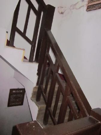 Yuhuwan Youth Hostel : 狭窄的木头楼梯