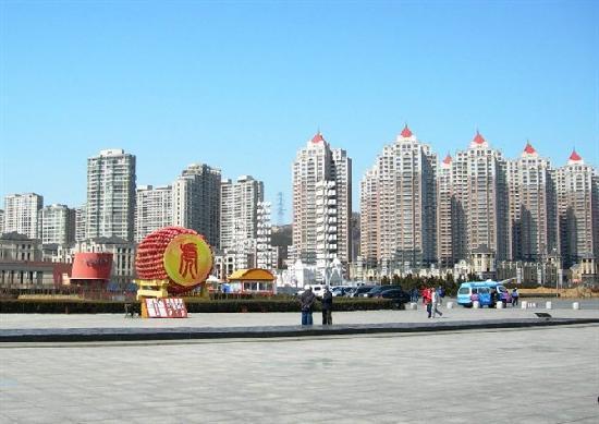 Dalian, China: 身后是耸立的高楼