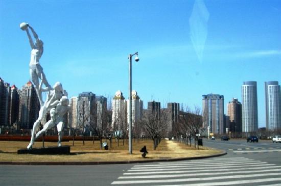 Dalian, China: 街道两边的雕塑
