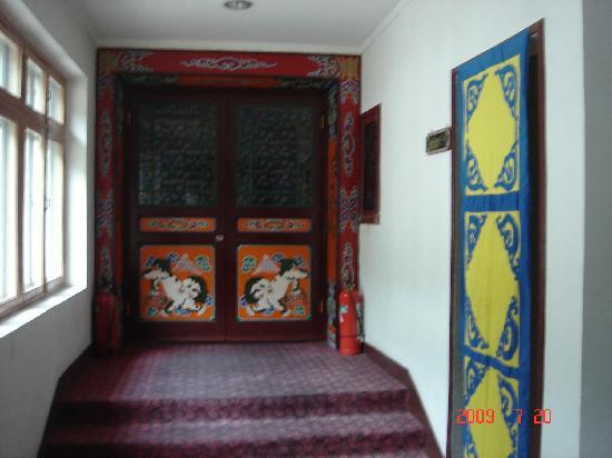 Silk Road Tsongkha Hotel: 酒店的走廊
