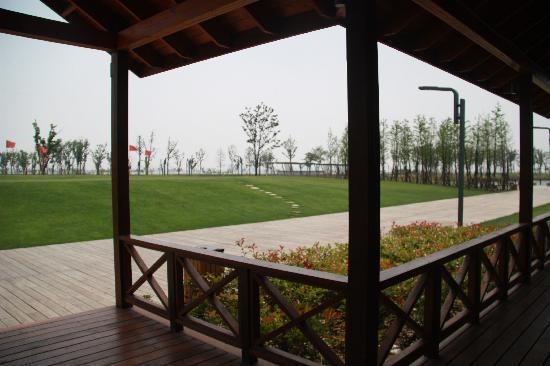 Fairmont Yangcheng Lake: 活动室外的小片果岭